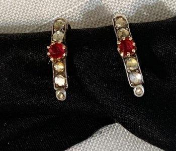 Antiguos pendientes de oro con rubí