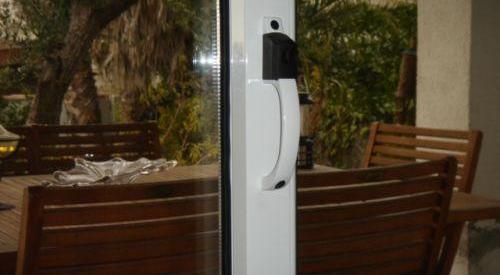 Cierre central de color blanco con pulsador para ventana