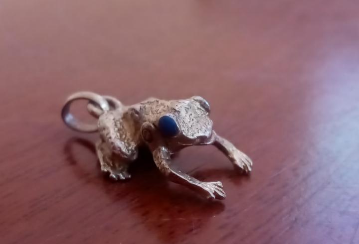Colgante rana de plata chapado en oro con ojos piedra azul-