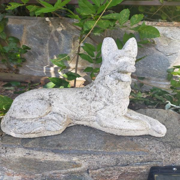 Perro piedra jardín