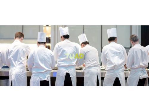 Pizzaiolo cocinero camarero con comida y alojamiento