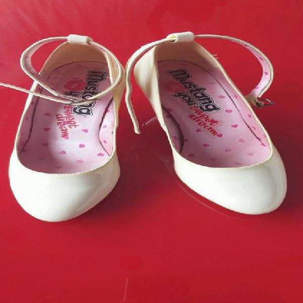 Zapatos mustang de tacón medio color hueso