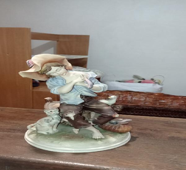 Antigua y excelente figura de porcelana galos numerada y