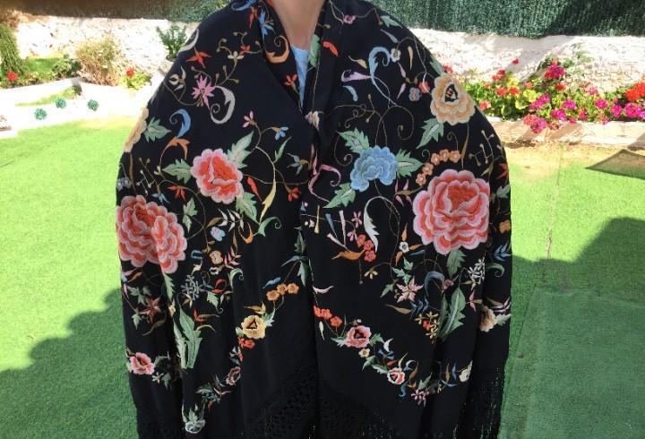 Espectacular y gran manton de manila con hermosos, bordados