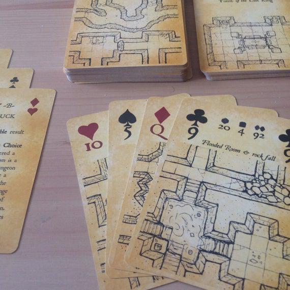 Mapa de aventuras entintadas & dados jugando a las cartas