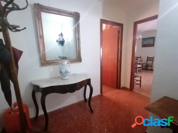 Piso de tres dormitorios, baño completo, salón comedor, terraza, cocina, calefacción central.