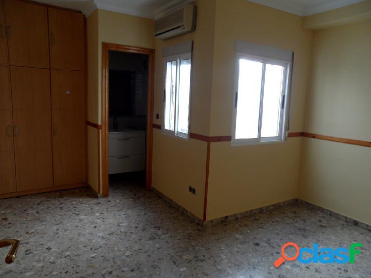 Se vende casa con división horizontal bajo comercial más dos apartamentos.