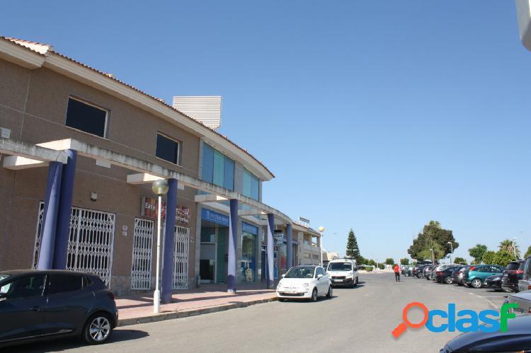 Local comercial en esquina en zona de expansión rodeado de comercios y servicios