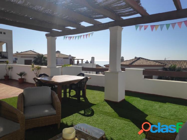 ¡bajada de precio! ático de 3 habitaciones y una amplia terraza con vistas al mar en la alcaidesa