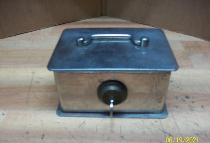 Antigua caja de caudales con llave