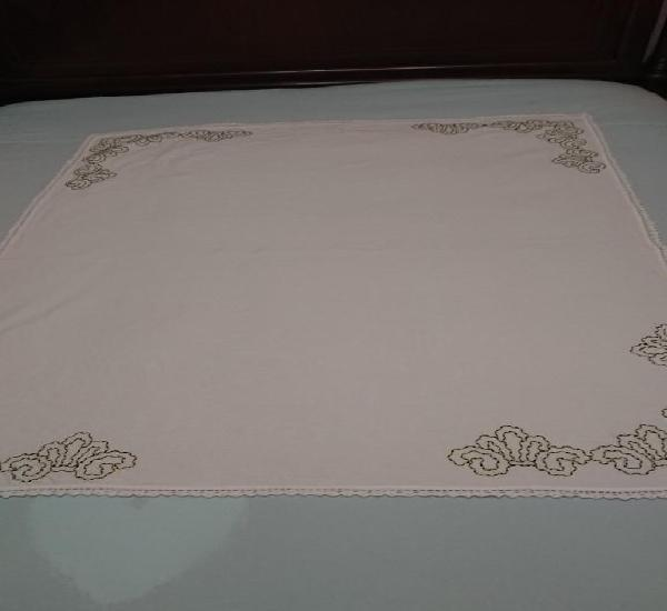 Antiguo mantel de lino, blanco y bordado en verde.