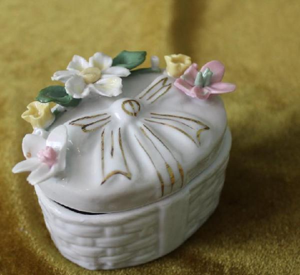 Cajita de porcelana, 85 mm de longitud, flores, con leves
