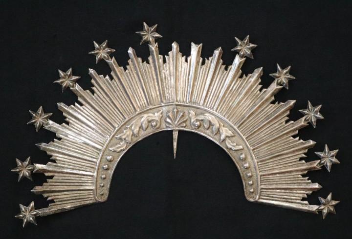 Corona de tamaño natural, elaborada en metal plateado. pps.