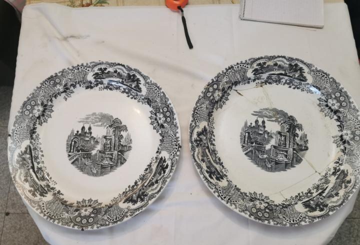 Enorme pareja de platos de cerámica pikman