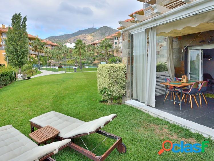 Apartamento reformado con acceso directo a la piscina y jardines comunitarios.