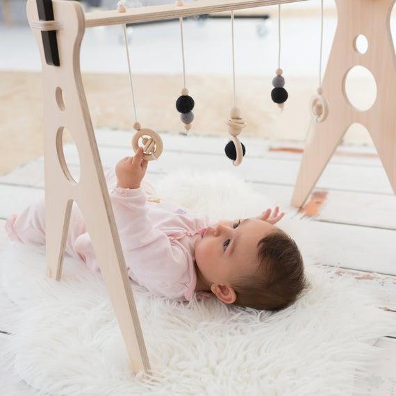 Gimnasio para bebés de madera con cinco perchas /activity