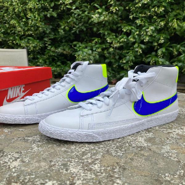 Nike blazer mid gs blancas con logo azul y amarillo