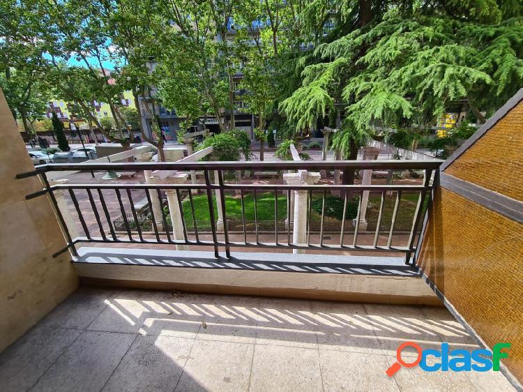 Gran piso en venta en el paseo de carmelitas, en el primer tramo, junto puerta zamora. 130 m2 útiles con 5 dormitorios, 3 baños, salón y cocina. posibilidad de plaza de garjae opcional en el
