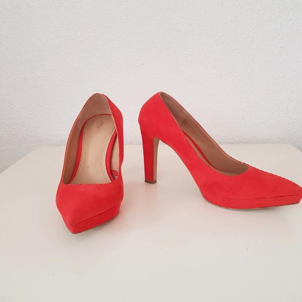 Zara. zapatos de tacón de ante rojo. muy buen estado