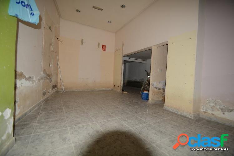 Local comercial en el centro de Orihuela, cerca del Teatro Circo, con 92 m2. más 25 m2. de altillo. 2