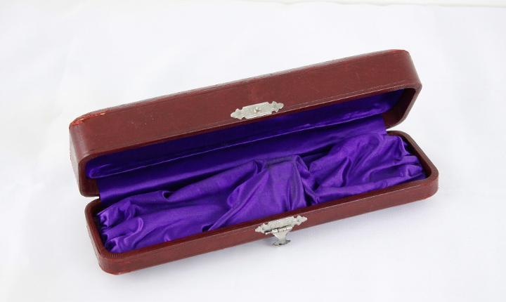 Caja de almacenamiento de collar de cuero rojo antiguo