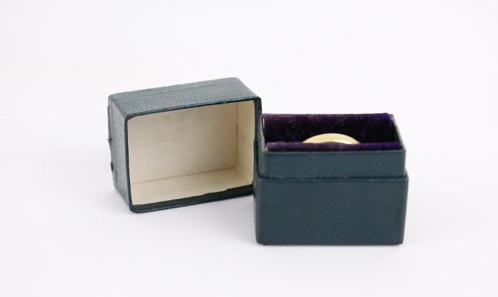 Caja de anillo de tablero verde oscuro en miniatura vintage