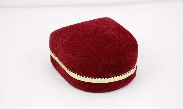 Caja de anillo de terciopelo rojo oscuro, exhibición de