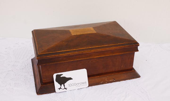 Caja de madera antigua, joyero en forma de sarcófago, caja