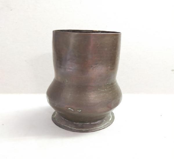 Pieza o cacharro de cobre, 15 cm de altura.