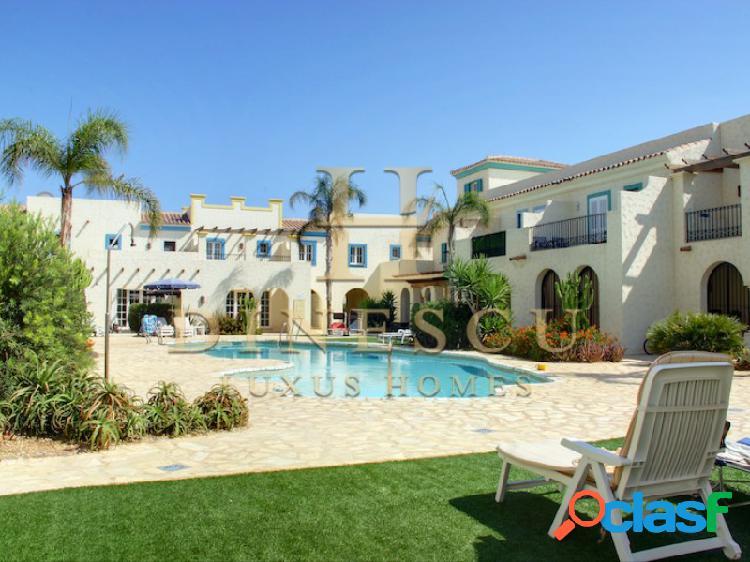 Casa adosada en la playa en un complejo tradicional con piscina comunitaria y terraza privada en la azotea