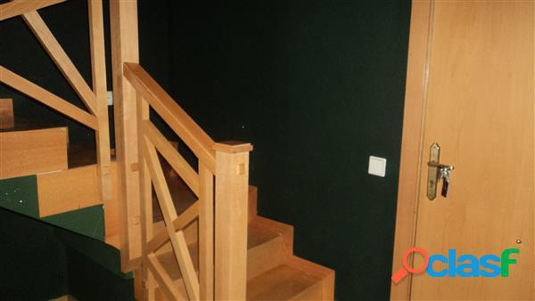 Ático de un dormitorio con aire acondicionado calefacción por gas, baño y aseo, terraza exterior y plaza de garaje. disponible desde agosto