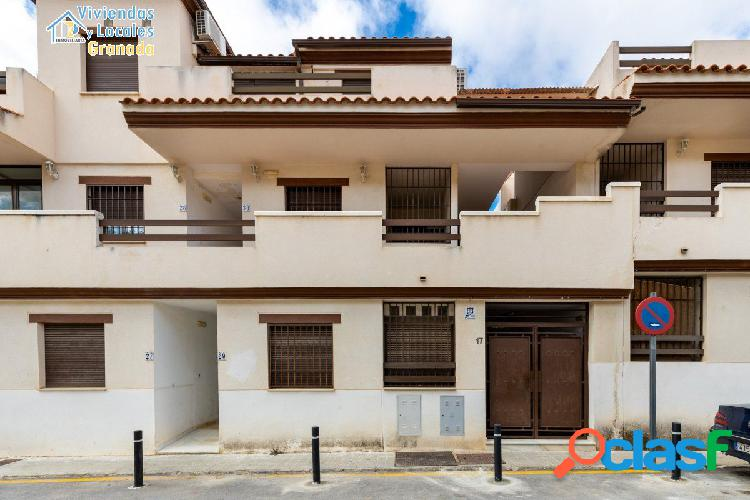 Ático en urbanización con zonas comunes y piscina, 109 m2, 3 habitaciones, un baño, terraza,