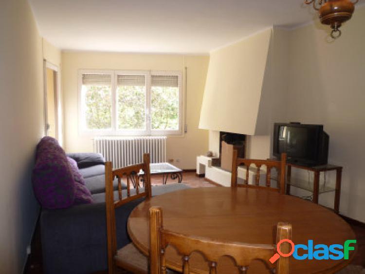 Magnífico piso ubicado en la Massana, Muy cerca del telecabina. Consta de 2 habitaciones, 1 baño, 1 aseo, cocina, salón comedor con chimenea, 1 plaza de garaje y 1 trastero.
