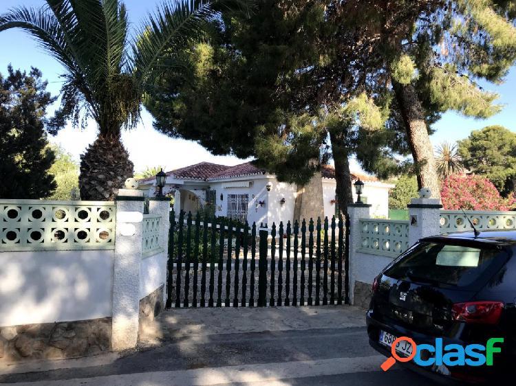 Bonita villa con terreno y piscina privada. a 15 minutos de las playas de alicante. monforte del cid