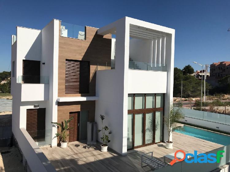 Torrevieja magnifique villa 3 chambres, grand sous sol de 73m² possible de faire un studio. piscine