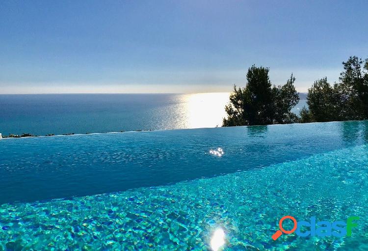 Villa de lujo en una zona excelente con preciosas vistas panorámicas al mar y sol todo el día.
