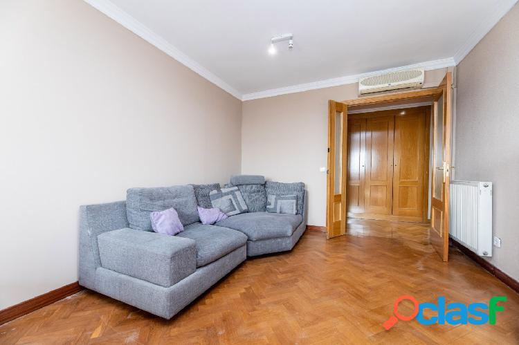 Magnifico piso en venta, de 4 dormitorios amplio salón, cocina, trastero y una plaza de garaje.