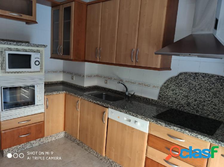 Se vende chalet adosado en valencia de don juan, amueblado, cocina, salón, 3 hab, 2 baños, patio.