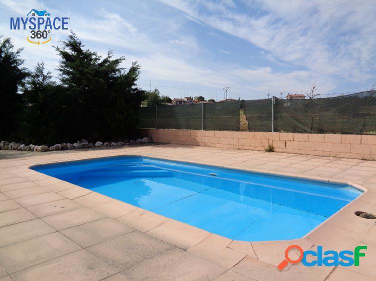 Estupendo chalet adosado con piscina privada.