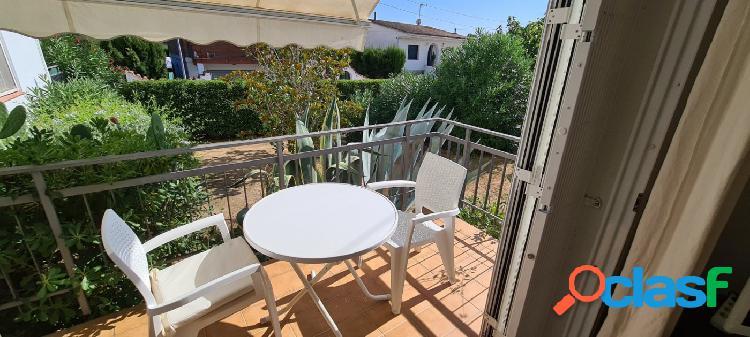 Piso con parking privado en zona tranquila de roses con jardín, reformado, terraza