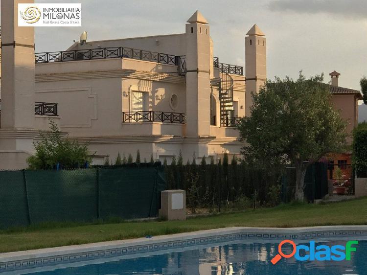 Precioso chalet pareado en urbanización con piscina.