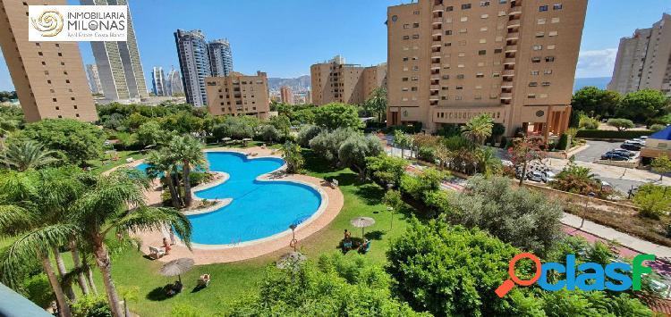Apartamento en la cala de benidorm de 74 m2, terraza acristalada con vistas al exterior.