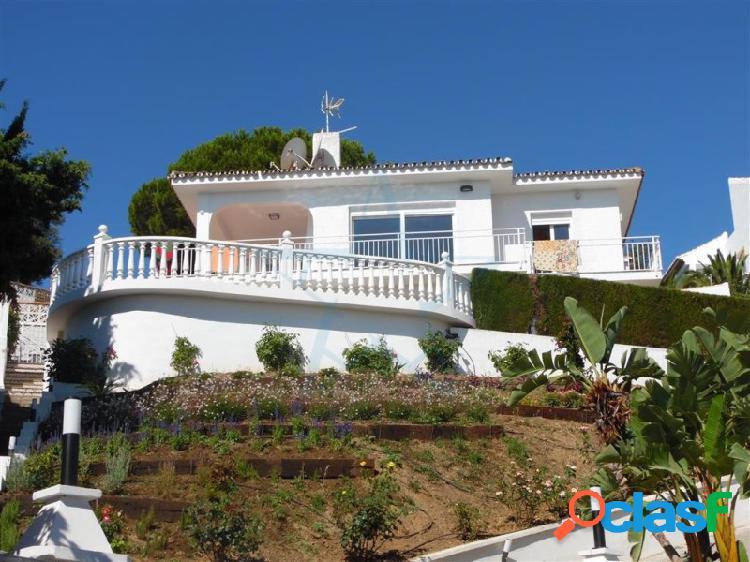 Impresionante villa independiente orientada al sur en la parte alta de torrenueva en mijas costa con magníficas vistas al mar y a la montaña.