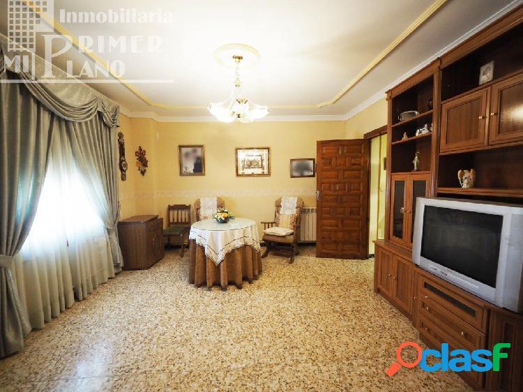 Se vende casa de 2 plantas 4 dormitorios y 2 baños junto a calle francisco garcia pavon.