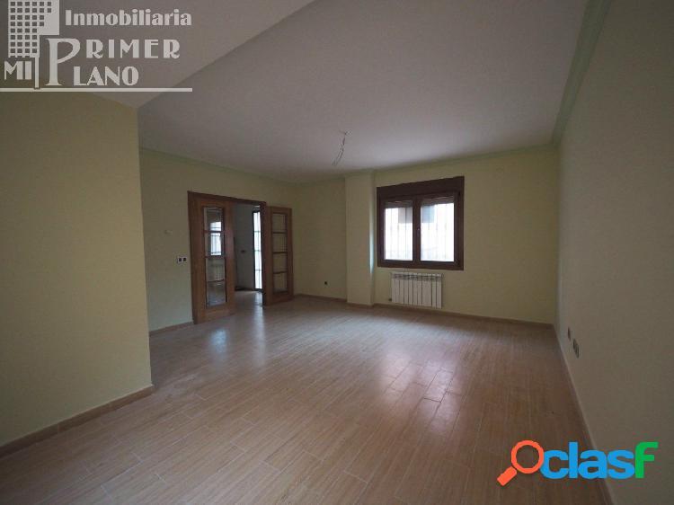 Se vende espectacular casa adosada a estrenar en zona Oriente / Juan Carlos I con patio y garaje. 3