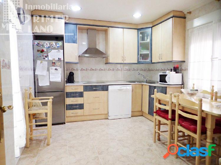 Adosada con 3 dormitorios, baño, 2 aseos, cocinilla, patio y cochera por 149.000euros