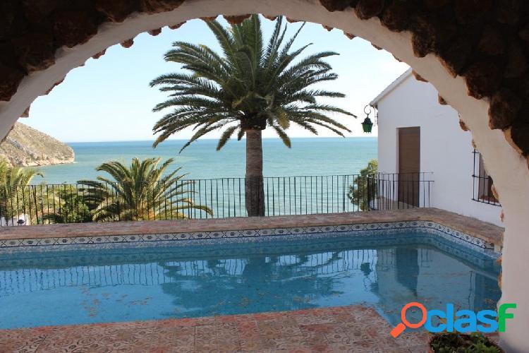 Villa de estilo mediterráneo en primera línea de mar en Moraira