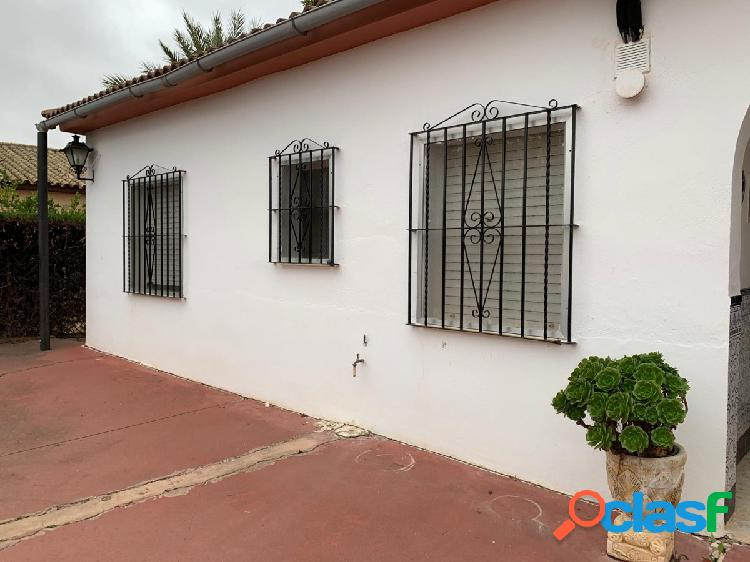 Parcela de 1500 m2 con casa de 100 m2 con porche. aparte hay una casa campera y garaje.