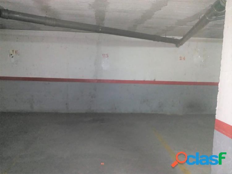 Plaza de garaje en urbanización mediterráneo