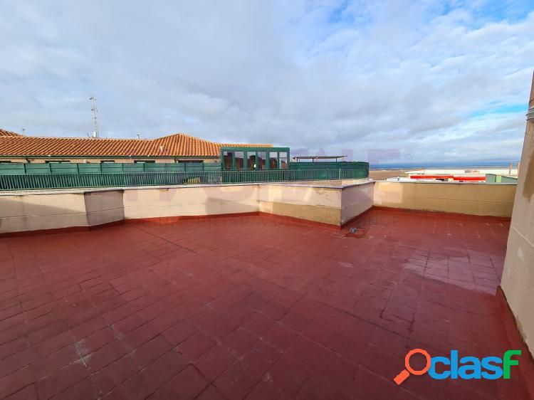 Ático de un dormitorio, salón, cocina y baño en calle mayor a la plaza en castellanos de moriscos en salamanca.